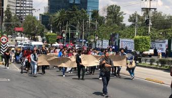 Estudiantes de la UNAM marchan sobre Insurgentes