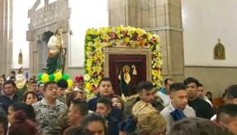 Peregrinos cantan las mañanitas a San Judas Tadeo en CDMX
