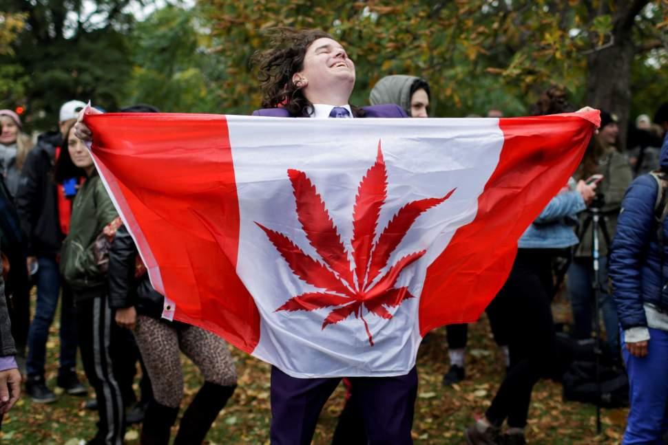 Canadá celebra la legalización fumando marihuana