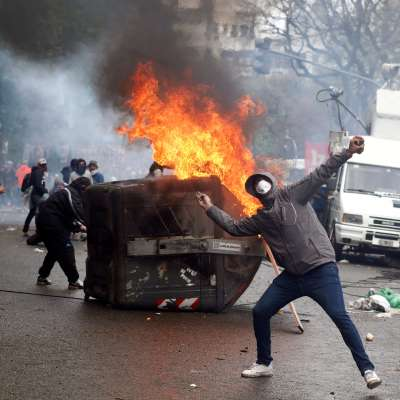 Detienen a 26 manifestantes por disturbios afuera del Congreso de Argentina