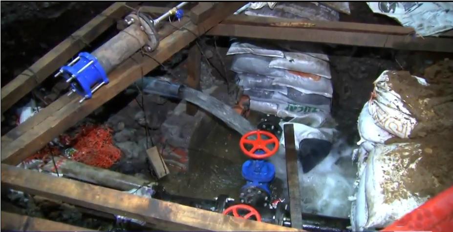 Fuga de agua en Tláhuac desperdicia líquido para llenar 20 pipas