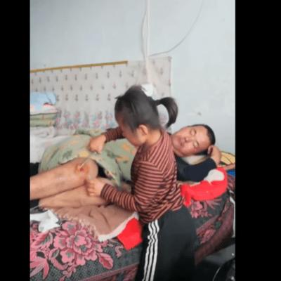 VIDEO: Niña de 6 años cuida a su padre parapléjico, tras abandono de madre