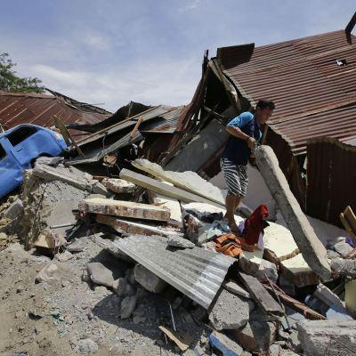 Indonesia rescata a 31 menores atrapados en 2 escuelas tras sismo