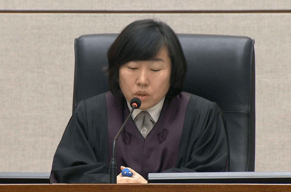 Sentencian a ex presidente de Surcorea a 15 años por corrupción