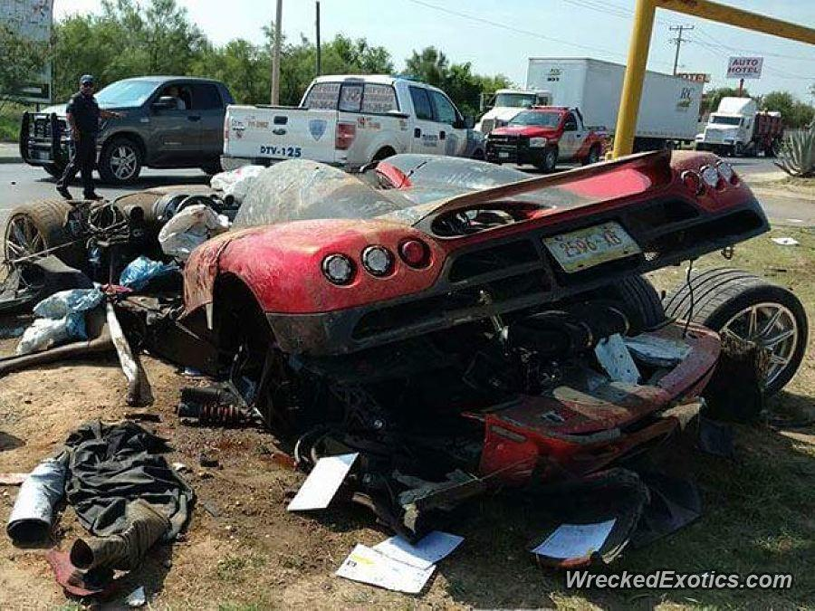 Koenigsegg CCX accidentado en una autopista de Monterrey, Nuevo León, en México tras cruzar la frontera (WreckedExotics)