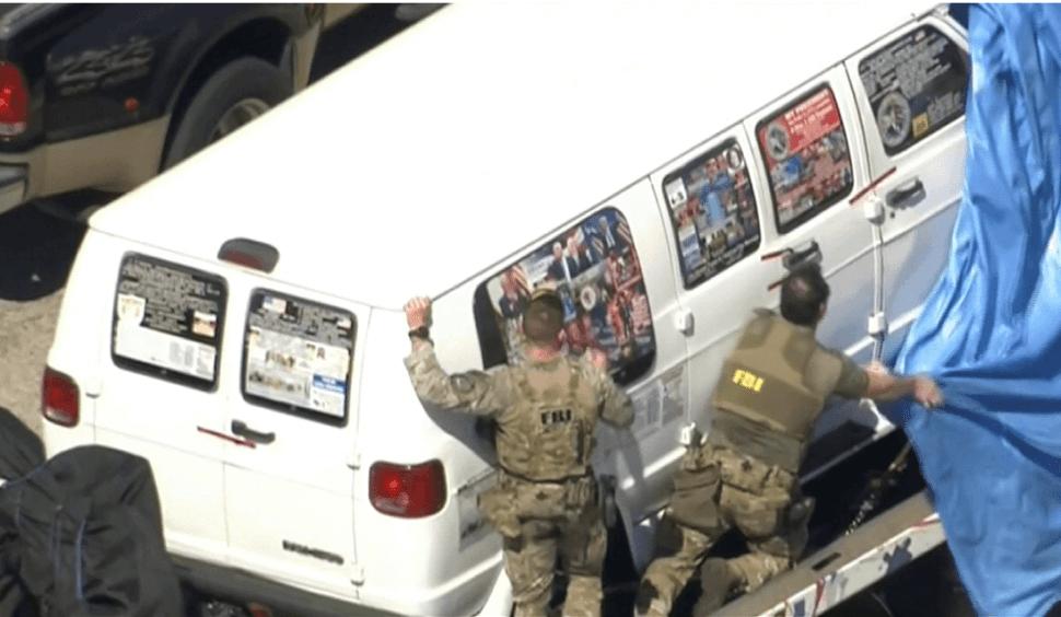 La camioneta confiscada tiene calcomanías de Trump y otras personalidades. (AP)