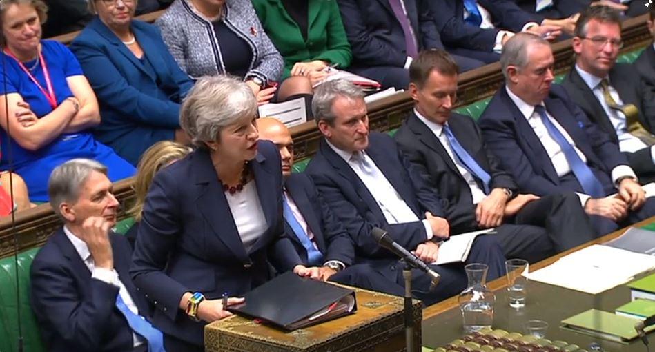 La primer ministra británica, Theresa May, defiende el Plan Chequers en una reunión parlamentaria el 17 de octubre de 2018