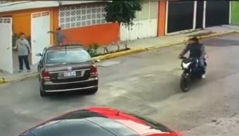 Ladrones cazan a automovilista y lo despojan de auto en Ecatepec