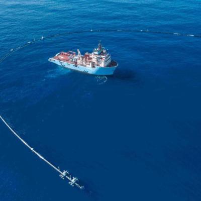 Esta gigantesca tubería flotante limpiará todo el plástico en el océano