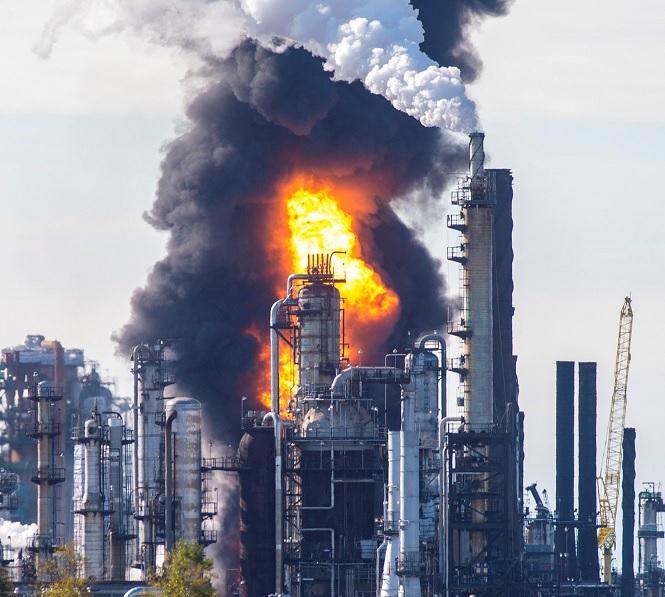 Incendio arrasa con la refinería más grande de Canadá
