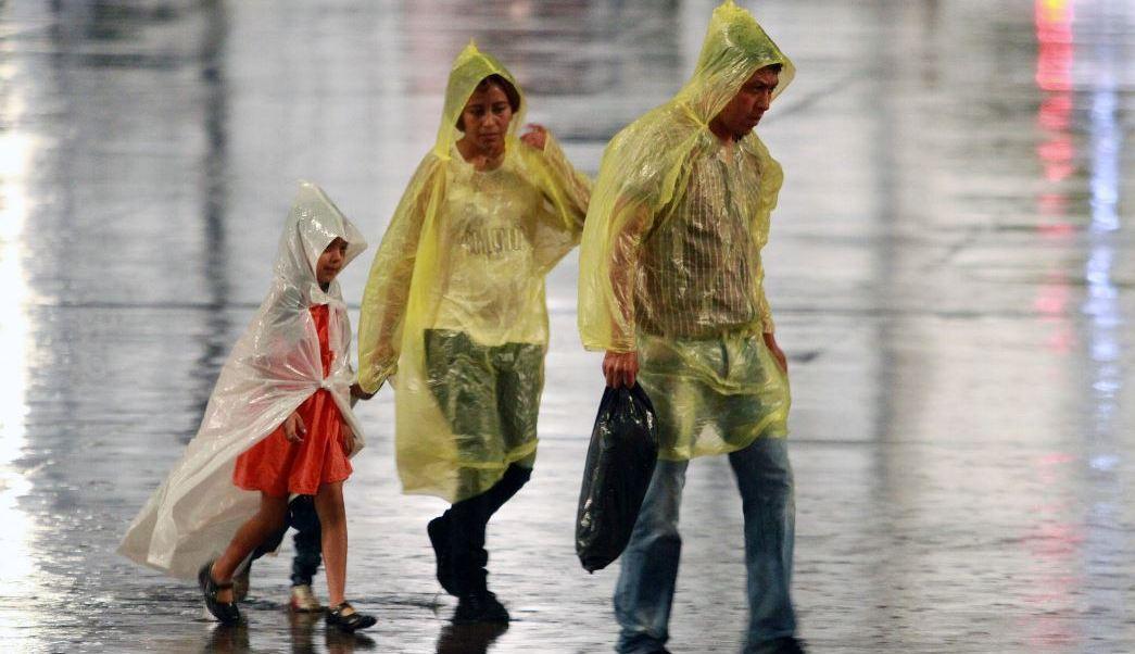 Lluvias inundan calles en Gustavo A. Madero