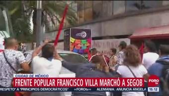 Manifestantes agreden a automovilista en Reforma