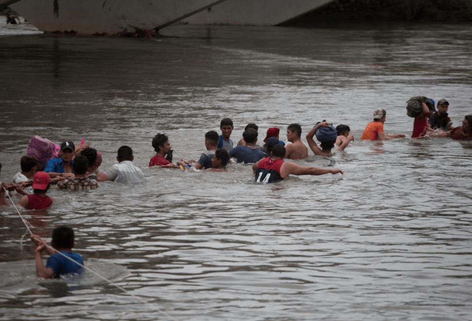 Migrantes centroamericanos cruzan el río Suchiate. (AP)