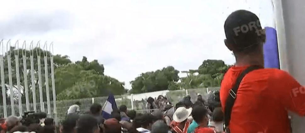 Migrantes de Honduras irrumpen territorio mexicano