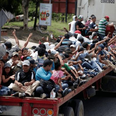 Caravana de migrantes dice adiós a Guatemala; se dirige a México