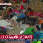 Migrantes toman un descanso en la plaza central de Mapastepec, Chiapas
