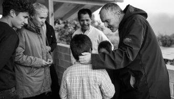 Miguel Bosé y Juanpa Zurita entregan casas a damnificados