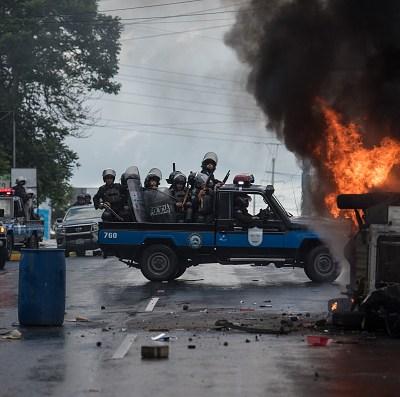 Policías y manifestantes se enfrentan antes de protesta en Nicaragua