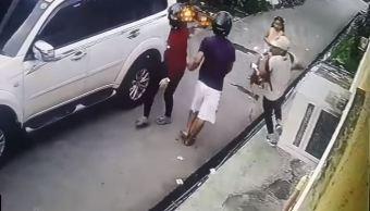 Niña enfrenta a ladrones armados tras robar a su padre