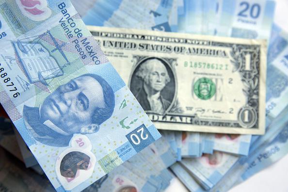 El dólar llega a 19.70 pesos en bancos
