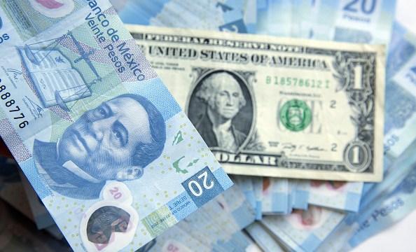 Peso mexicano baja previo a decisión de Banxico