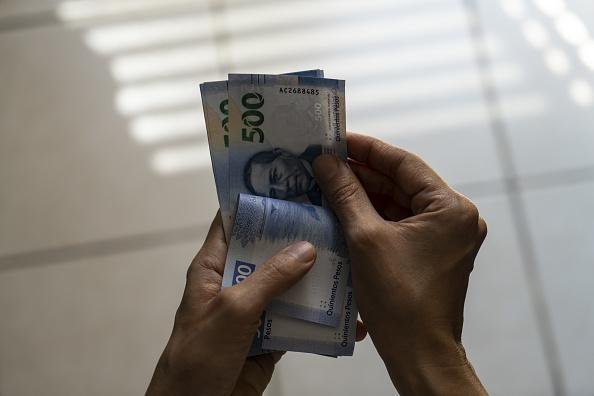 Peso mexicano gana previo a consulta sobre nuevo aeropuerto