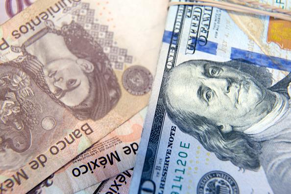 Peso mexicano se aprecia frente al dólar, a 19.03