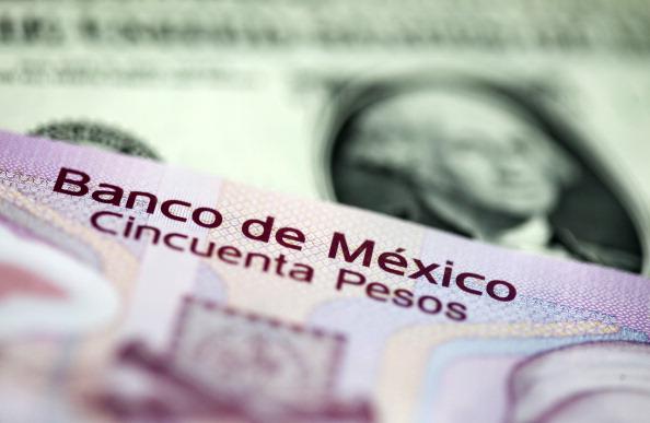 Peso mexicano cae presionado por dólar, cotización a 19.10