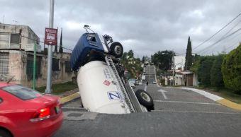 Pipa con gas LP cae en socavón en Zapopan, Jalisco . (Noticieros Televisa)