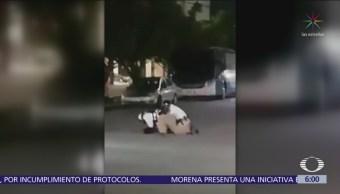 Policías de tránsito someten a motociclista en Cancún
