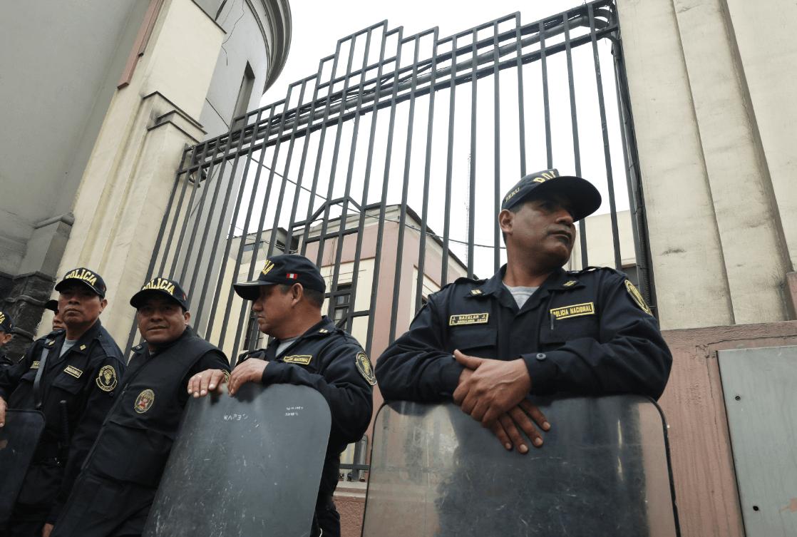 Policías resguardan la prefectura donde está detenida Keiko Fujimori. (Reuters)