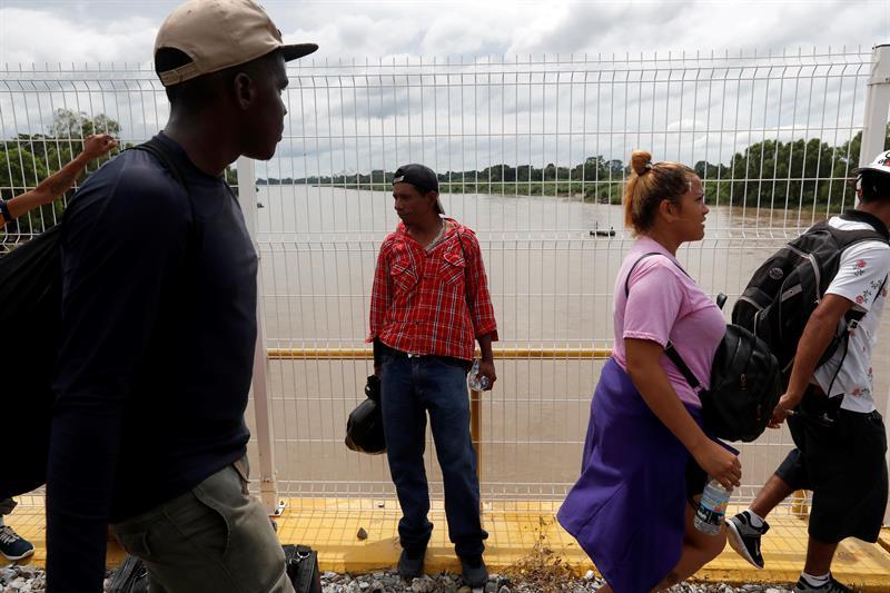 Primer grupo de cien migrantes hondureños ingresa a Chiapas