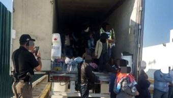 Rescatan a 123 migrantes centroamericanos, hacinados en tráiler en Tabasco