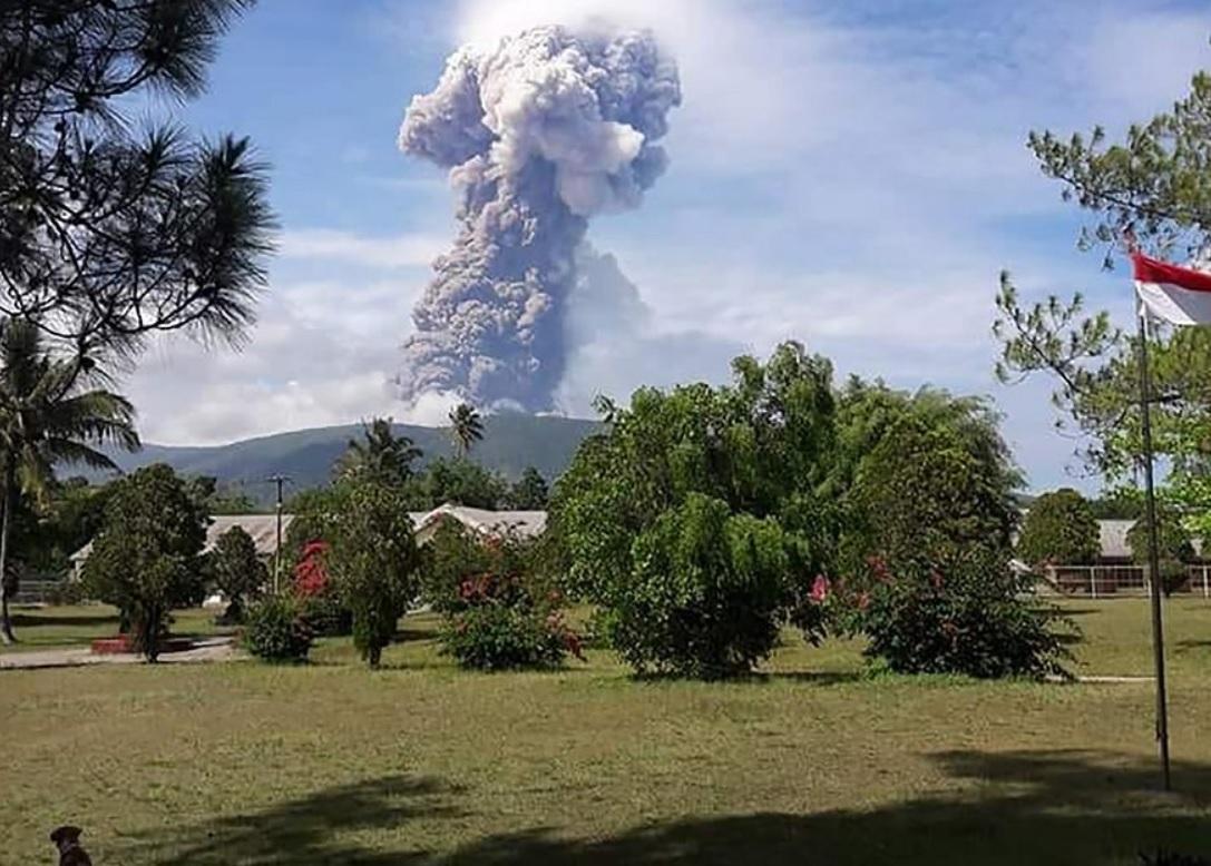 Terremoto, tsunami y ahora un volcán despierta en Indonesia