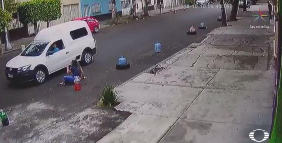 Taxista huye de choque y arrastra a mujer