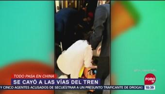 Todo pasa en China: Niña cae en Metro de Beijing