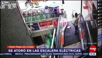 Todo sucede en China: Niño se atora en escalera eléctrica