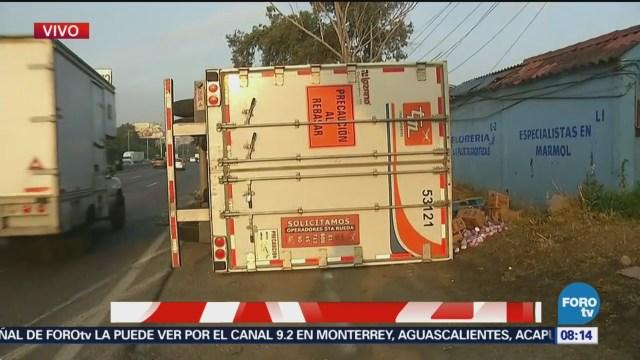 Tráiler se vuelca en autopista México-Querétaro