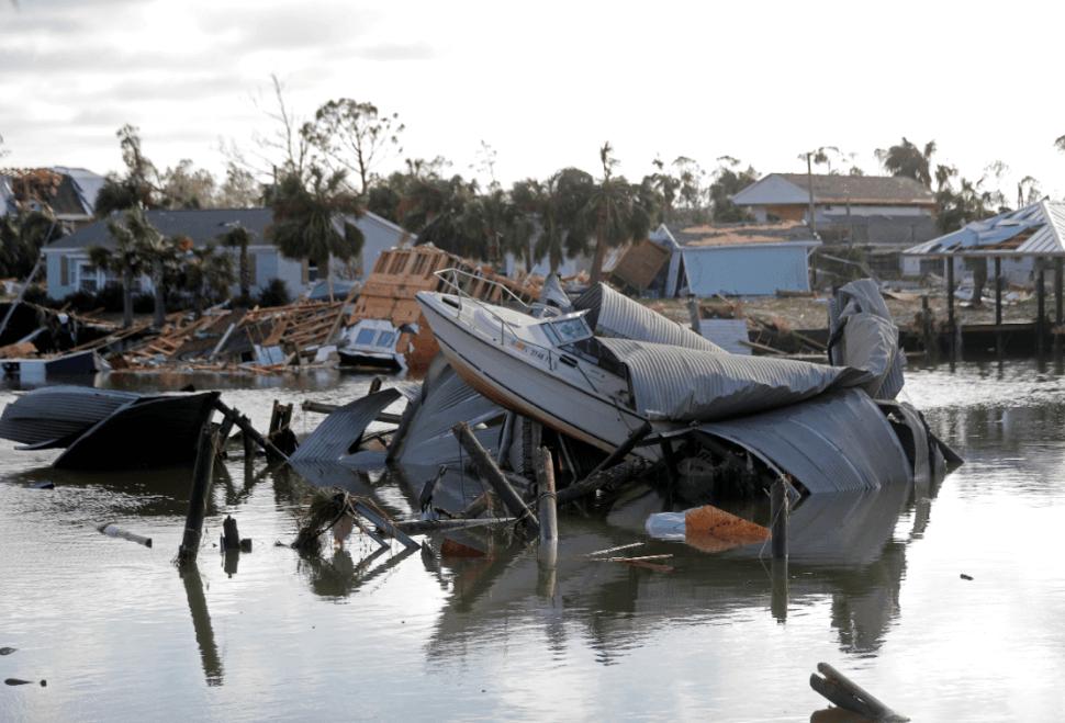 Un bote destruido por el paso del huracán 'Michael'. (AP)