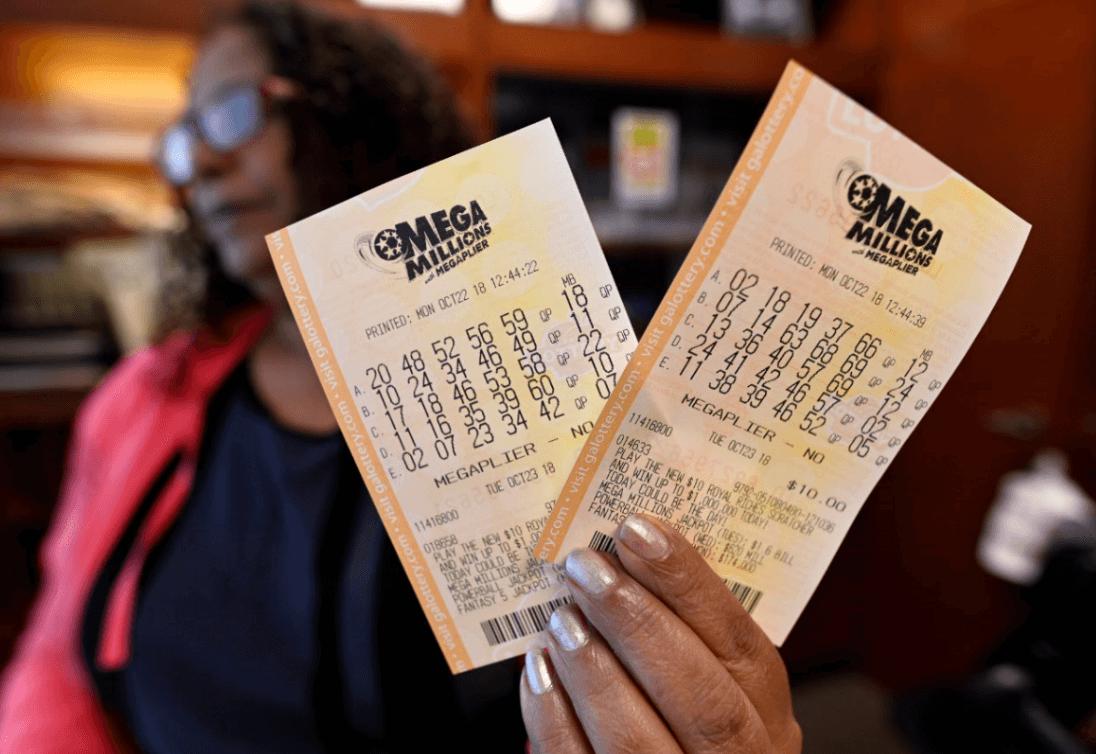 Una mujer muestra sus boletos de Lotería. (AP)