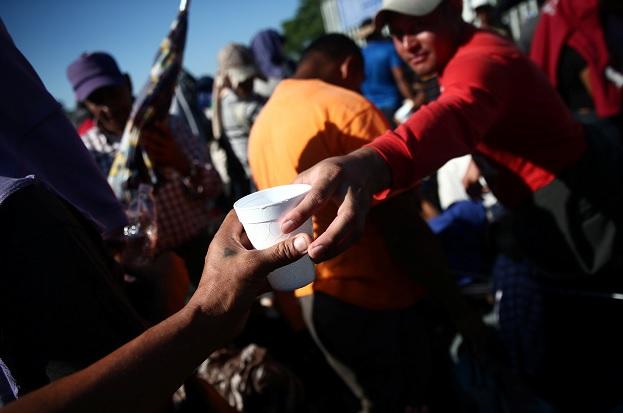 Miembros de la caravana de migrantes huyen de La Mara