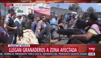 Vecinos de Atlampa pelean con policías, luego de incendio en fábrica
