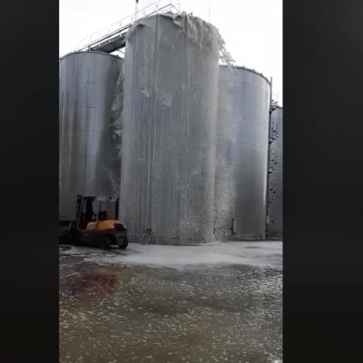 VIDEO: 30 mil litros de vino se desparraman de contenedor que explotó