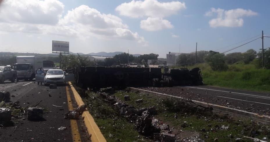 Accidente Veracruz; Volcadura tráiler afecta circulación