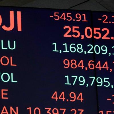 Wall Street cae, atenta a guerra comercial y crisis Saudí