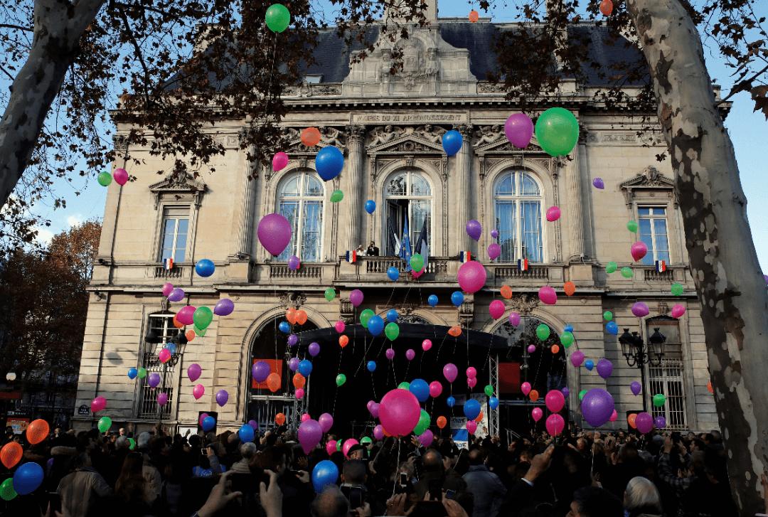 130 globos fueron lanzados en recuerdo de las víctimas en Francia. (AP)