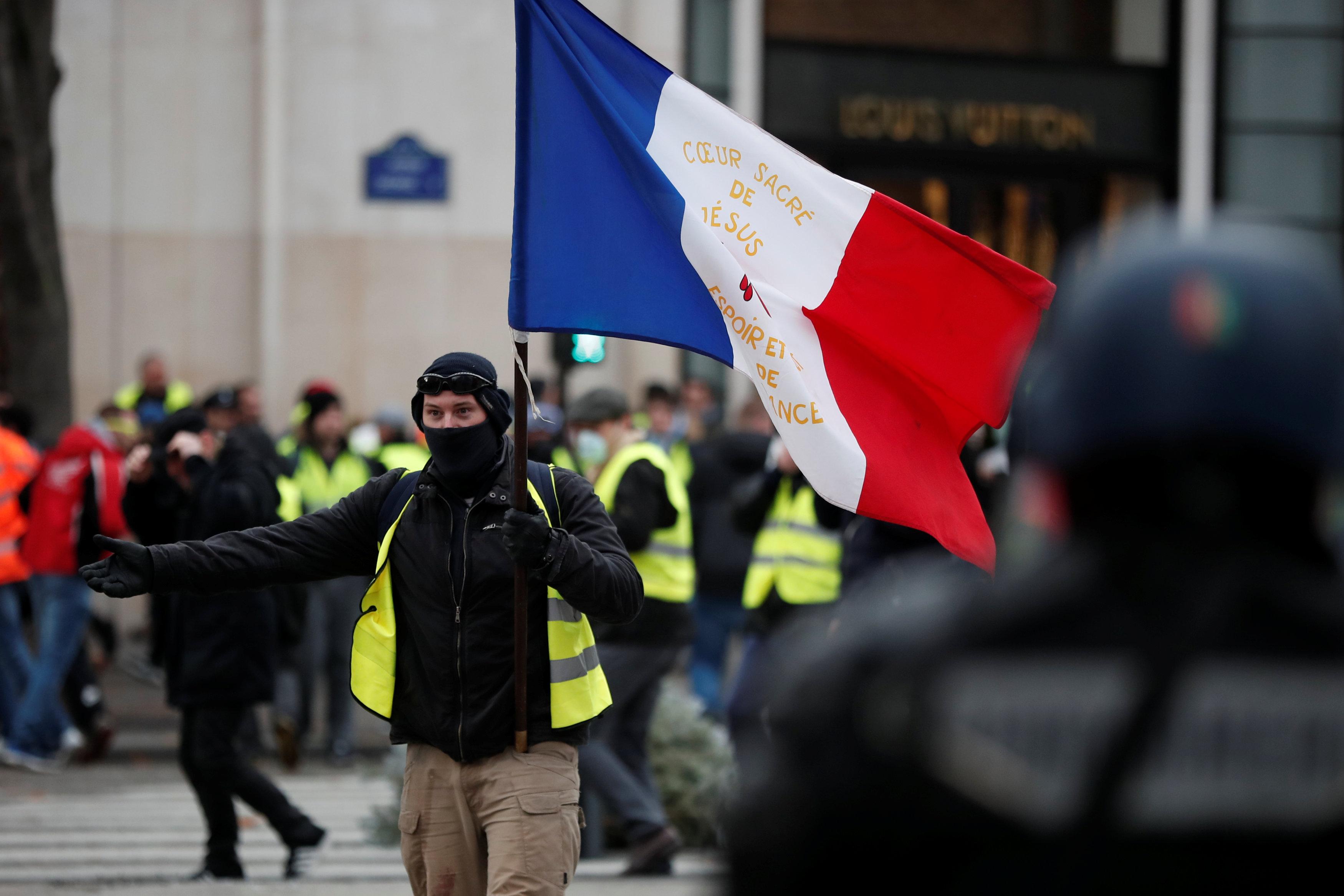 le pen reitera su apoyo chalecos amarillos disturbios en paris