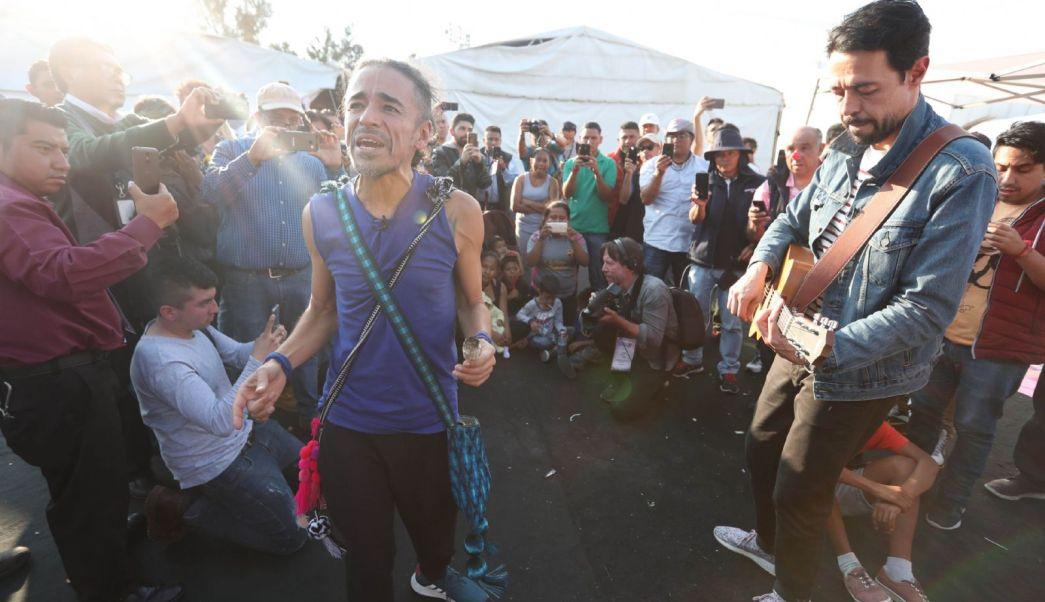 Café Tacvba visita albergue de migrantes en Iztacalco