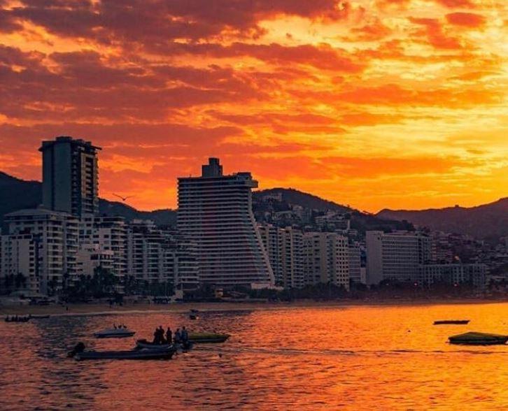 Turistas disfrutan de altas temperaturas en Acapulco