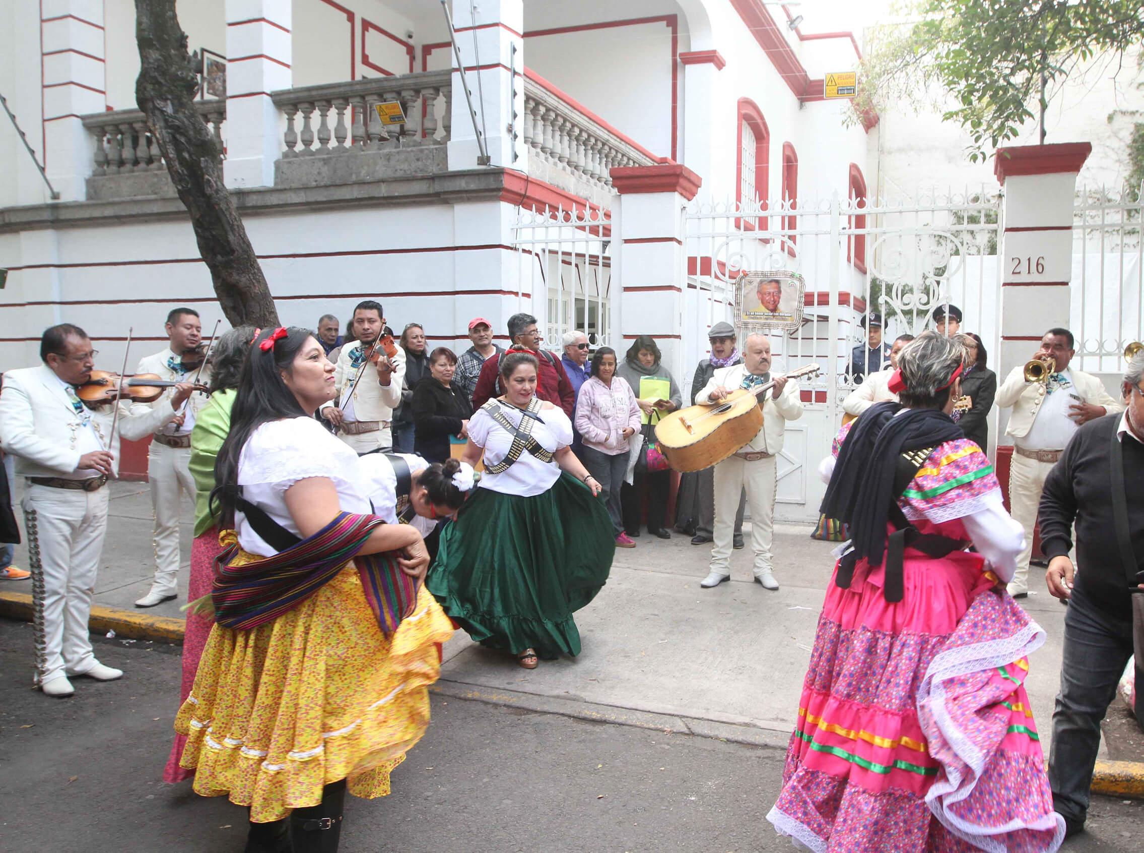 AMLO cumple años y mariachi le lleva serenata